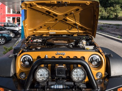 Pod kapotou Jeep Wrangler